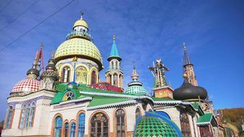 Templo de todas las religiones y cielo azul día soleado en Kazán Rusia foto