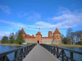 Castillo de Trakai y puente de madera antes de las puertas, Lituania foto