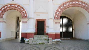 Arco de piedra en el palacio del zar Alexey Mikhailovich, Moscú, Rusia foto