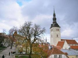 Paisaje del centro histórico de la ciudad vieja de Tallin, Estonia foto