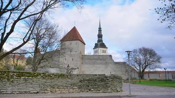 Torre de artillería de seis pisos en el centro histórico de Tallin, Estonia foto