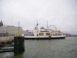 Barco en el puerto de Helsinki, Finlandia foto
