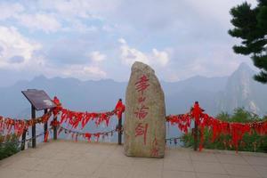 Monte de piedra en la sagrada montaña taoísta monte huashan en china foto