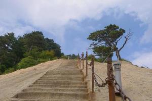 Escalera empinada en la sagrada montaña taoísta del monte Huashan, China foto