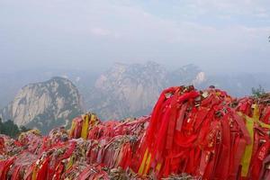 Tela roja de bendición en la sagrada montaña taoísta del monte Huashan, China foto