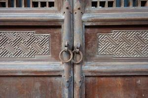 puerta de madera y anillo de puerta de metal foto