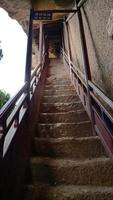 Escalera del complejo maijishan cueva-templo en la ciudad de tianshui, gansu china foto