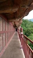 Corredor del complejo de templos y cuevas de maijishan en la ciudad de tianshui, gansu china foto