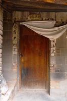 puerta de madera de la casa retro de la arquitectura antigua china en tianshui china foto