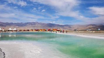 Hermosa vista del paisaje de la naturaleza del lago salado esmeralda en Qinghai, China foto
