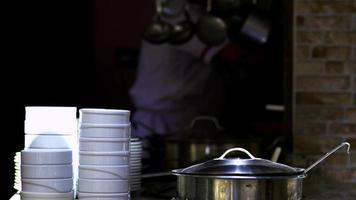chef che cucina nella cucina del ristorante video