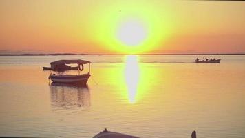 pescatori che tornano a casa al tramonto d'estate video