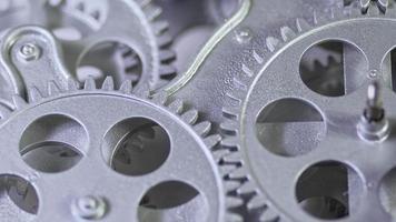Immagine ravvicinata di ingranaggi d'argento che lavorano insieme video