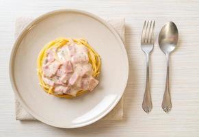 salsa de crema blanca de espaguetis con jamón foto