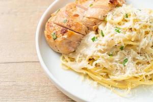 espaguetis en salsa cremosa blanca con pollo a la parrilla foto