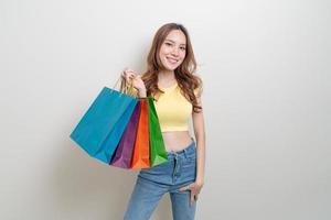 retrato, hermoso, mujer asiática, tenencia, bolsa de compras foto