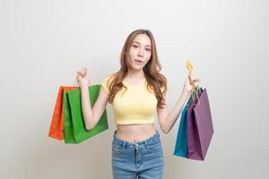 retrato, mujer hermosa, tenencia, bolsa de compras, y, tarjeta de crédito foto