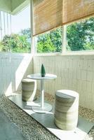 Mesa y silla vacías en la cafetería cafe foto