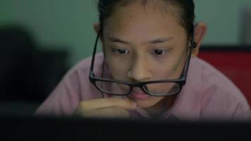 chica con anteojos sueltos en la cara jugando juegos en línea. video