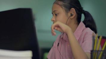 flicka förklarar läxor för distanslärare via bärbar webbkamera online. video