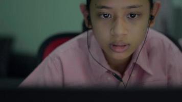 flicka i hörlurar som spelar onlinespel med vänner på bärbar dator. video