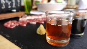 slow motion pan shot krydda doppar i glas för grillning av kött. video