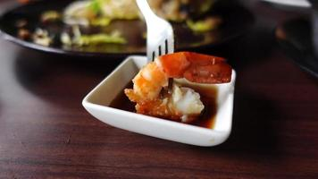 Mano de mujer asiática pone camarones cocidos en salsa video