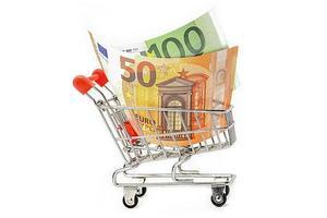 Billetes de la ue dinero en carrito de compras sobre fondo blanco. foto