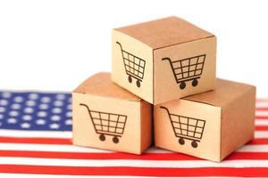 Caja de carrito de compras en la bandera de Estados Unidos, importación y exportación foto