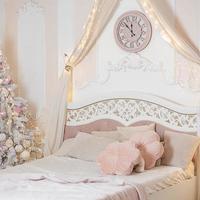 año nuevo y navidad. árbol de navidad cerca de la cama en el dormitorio. foto