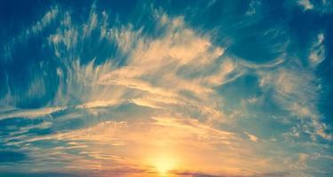sol en el borde del horizonte foto