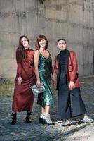 tres bonitas mujeres de moda street style foto