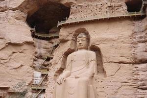Antigua estatua de Buda chino en el templo de la cueva de Bingling en Lanzhou, China foto