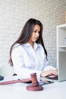 Retrato de joven abogada en su lugar de trabajo foto