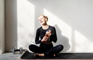 Joven mujer rubia haciendo yoga o meditando en casa foto
