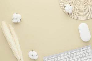 vista superior de la mesa de escritorio de oficina. jarrón de cerámica con hierba de caña foto