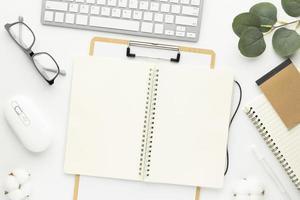 vista superior de la mesa de escritorio de oficina con suministros de oficina, mesa blanca foto