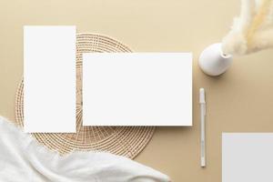 tarjeta de invitación blanca, maqueta de papel en blanco sobre un fondo beige, foto
