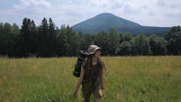 jeune femme randonneuse voyage seule dans la forêt et les montagnes video