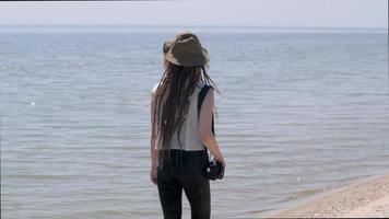 paesaggio con giovane donna escursionista video