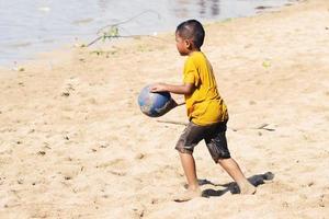 sorong, indonesia 2021- gente en la playa foto