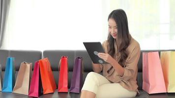 femme utilise une carte de crédit pour faire des achats en ligne video
