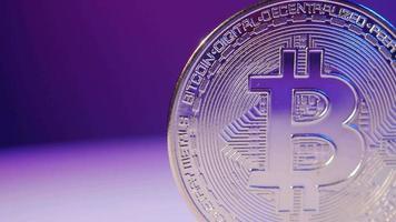 bitcoin dans l'ombre et la lumière. bitcoin crypto-monnaie et bleu rose video