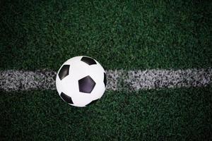 Balón de fútbol en la línea blanca en el estadio. foto