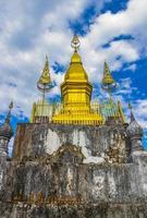 colina phousi y estupa wat chom si luang prabang laos. foto