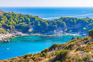 bahía de anthony quinn con agua cristalina turquesa faliraki rodas grecia. foto