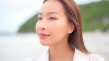mujer asiática disfruta de un día en la playa video