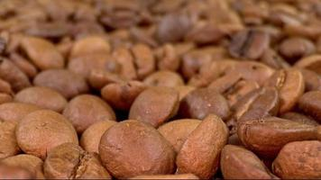 Dolly shot de grains de café brun torréfiés video