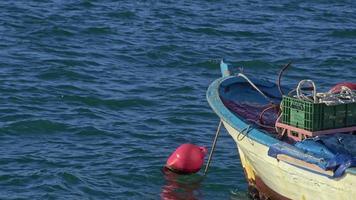 vieux bateau de pêche en bois à bascule dans la mer agitée video