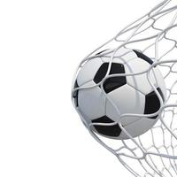 Balón de fútbol en red sobre fondo blanco. foto